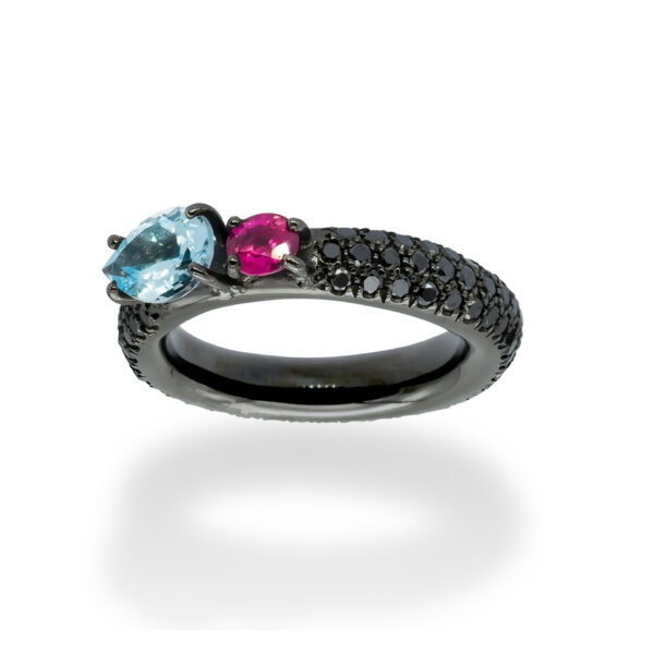 d'Avossa Ring in 18Kt black gold with a pavé of black diamonds, central pear-shaped aquamarine and pink sapphire. (3)