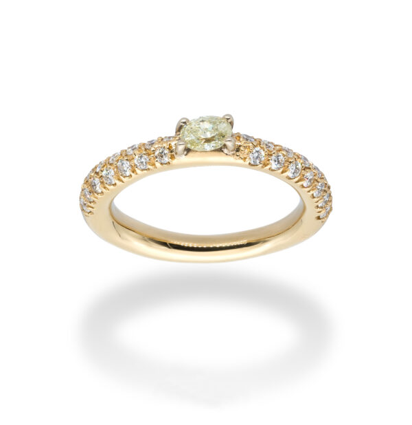 d'Avossa Ring in 18kt yellow gold with a pavé of white Diamonds and a central fancy natural oval shape diamond (5)