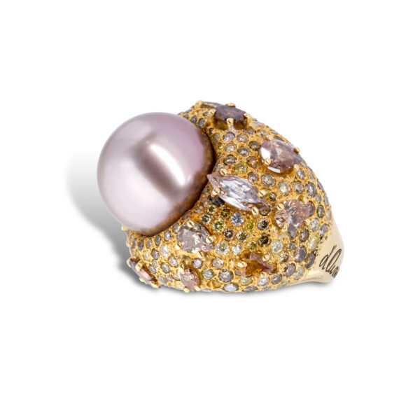 d'Avossa Ring, in 18kt yellow gold, with Thaiti Pearl and Fancy Diamonds