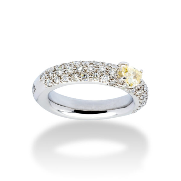 d'Avossa Ring in 18 kt white gold with a pavé of white G color diamonds and a central fancy natural heart shape diamond (3)