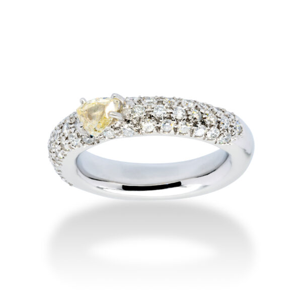 d'Avossa Ring in 18 kt white gold with a pavé of white G color diamonds and a central fancy natural heart shape diamond (2)