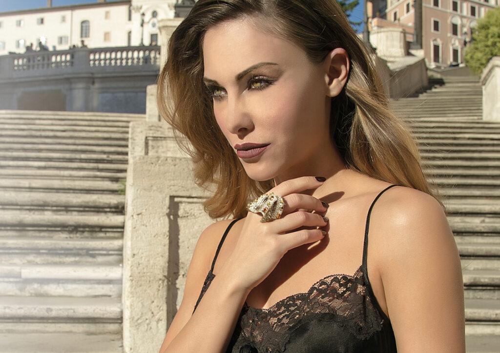 White and Fancy Natural Diamonds d'Avossa Ring